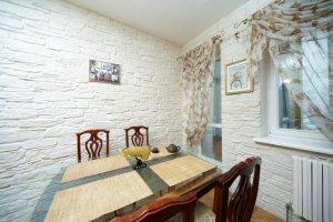 отделка стен декоративным камнем в квартире - фото