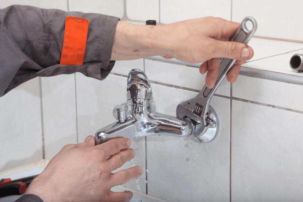 починить текущий в ванной кран