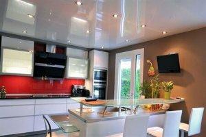 установка натяжного потолка на кухне