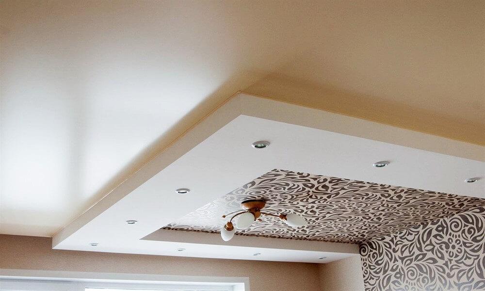 отличие сатинового потолка