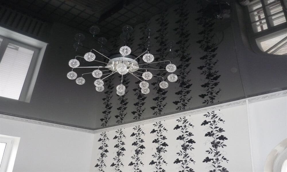 черный потолок натяжной