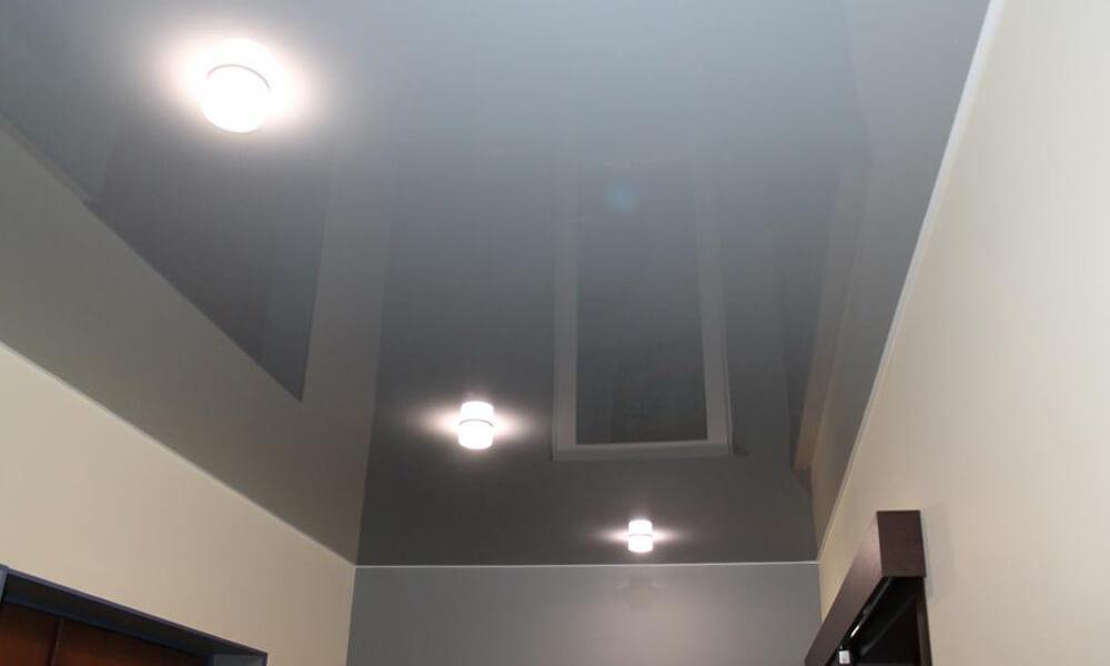 глянцевый серый натяжной потолок