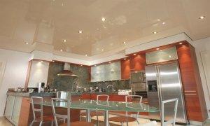 глянцевый потолок на кухне за и против