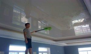 как ухаживать за глянцевым потолком
