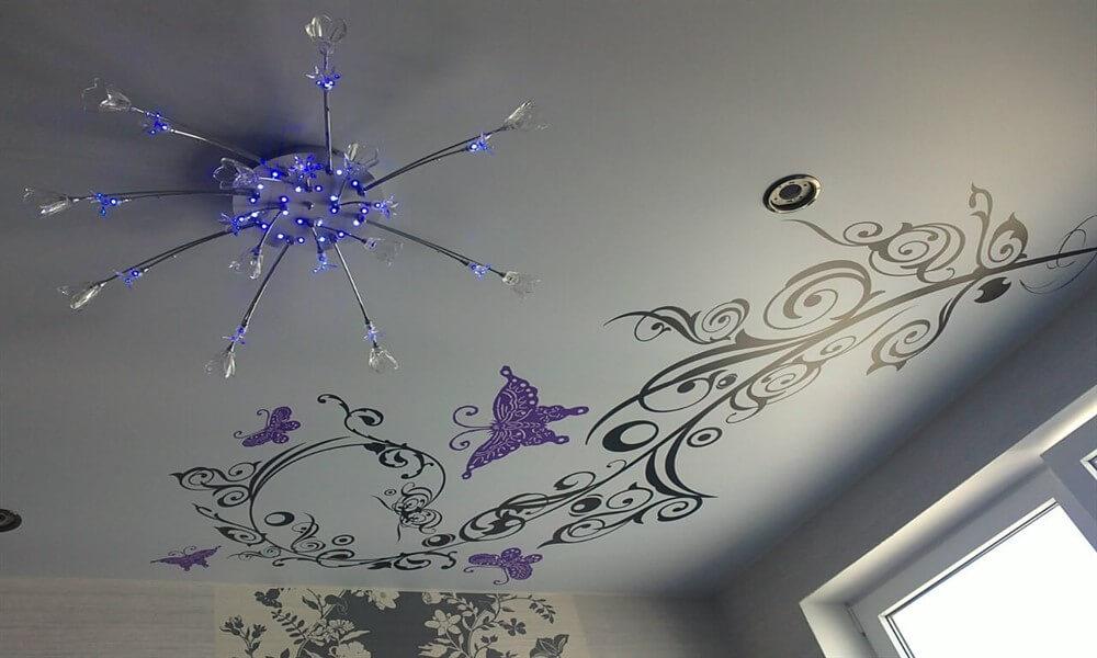 матовый потолок с рисунком
