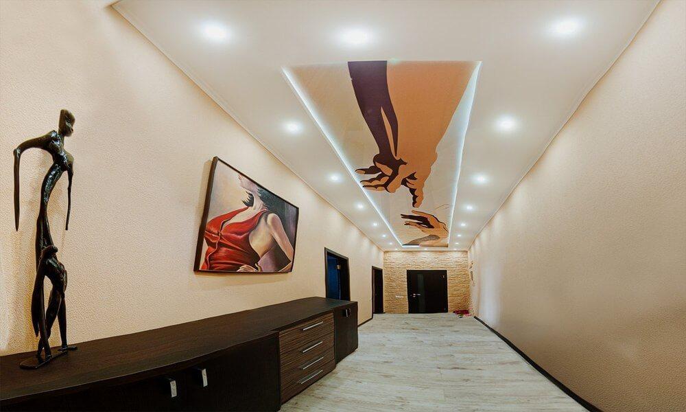 натяжной потолок в длинном коридоре