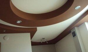 коричневый потолок натяжной