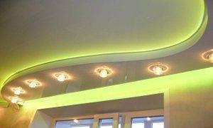 зеленый потолок с освещением