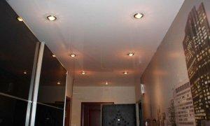 натяжные потолки в длинной комнате