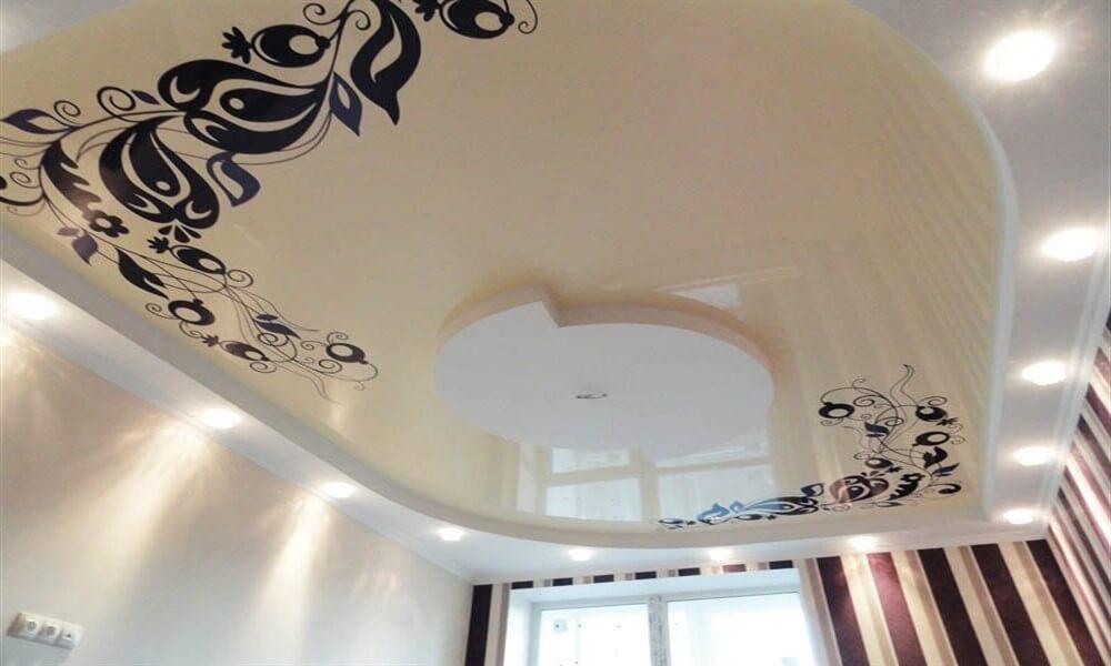 натяжной потолок с исунком цветов