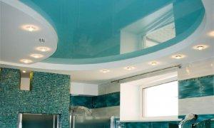 голубой натяжной потолок в комнате