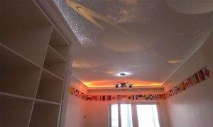 натяжной потолок в маленькой комнате