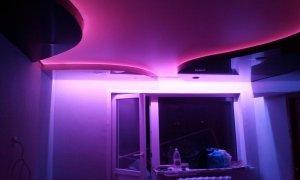 натяжной глянцевый потолок с подсветкой