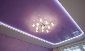 фиолетовый глянцевый потолок с подсветкой