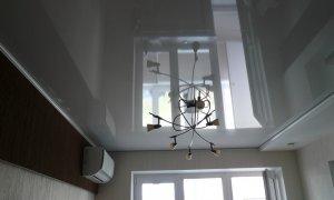 серый глянцевый натяжной потолок