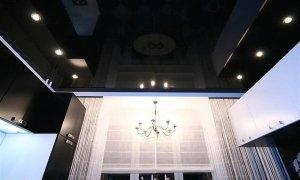 темный глянцевый потолок в Севастополе