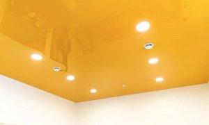 натяжной потолок желтого цвета