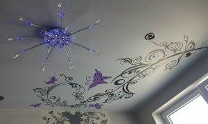 белый натяжной потолок с рисунком