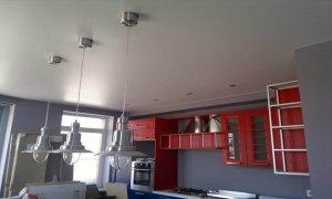 сатиновый белый потолок на кухне