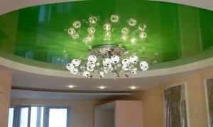 зеленый натяжной потолок в интерьере