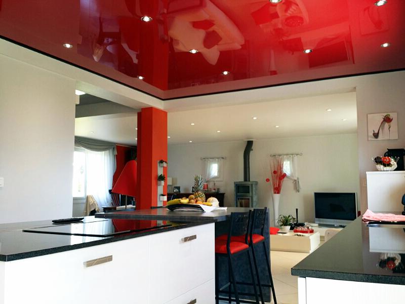 красный потолок в интерьере