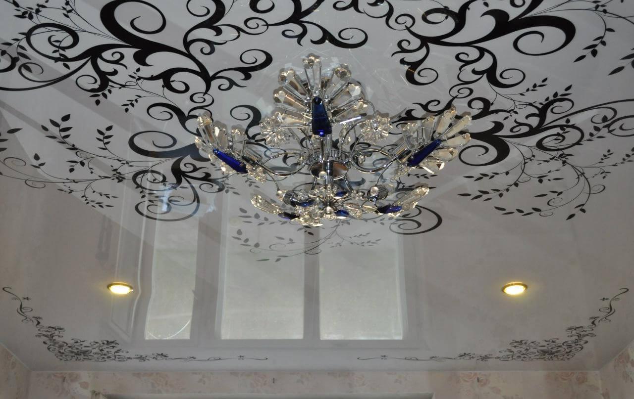 потолок с черными цветами