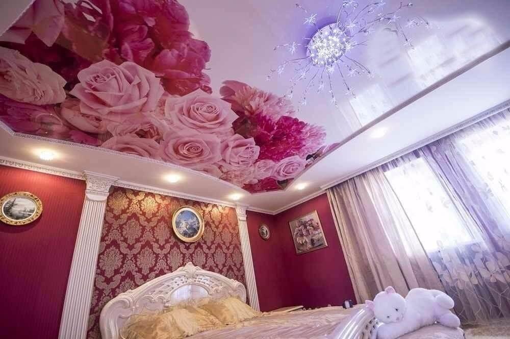 потолок с красными цветами