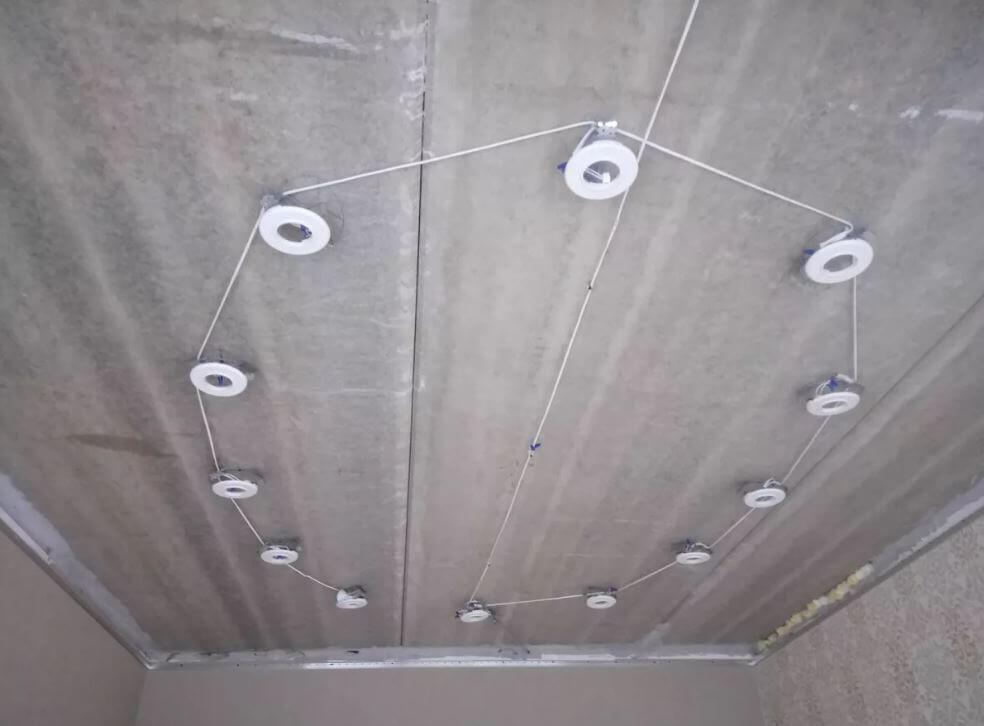 montazh-potolochnyh-svetilnikov